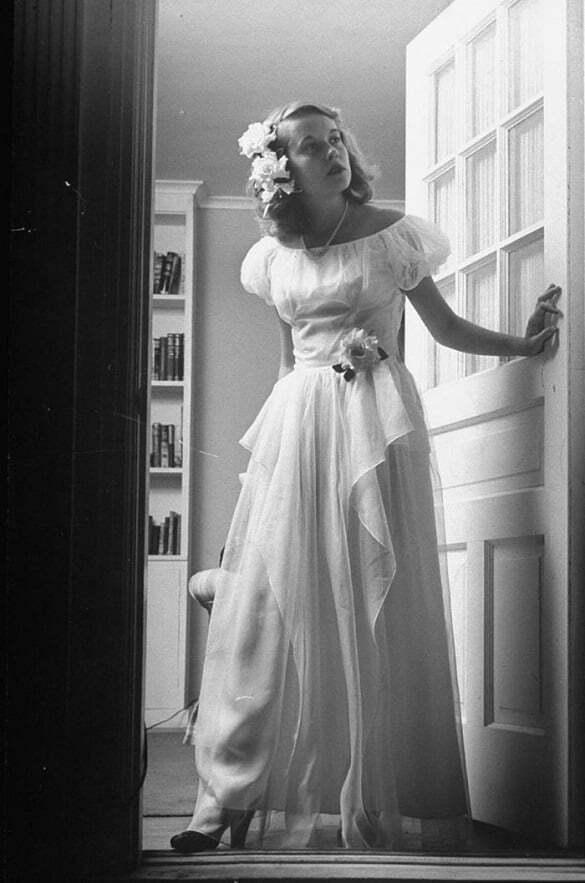 femeie rochie alba vintage