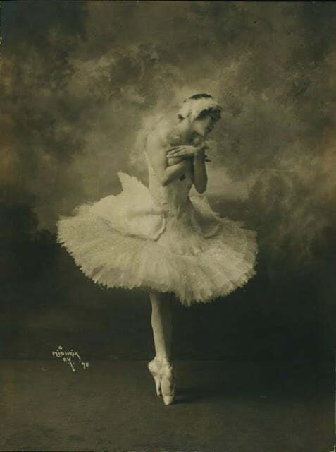 Anna Pavlova, costumed as The dying swan (2)