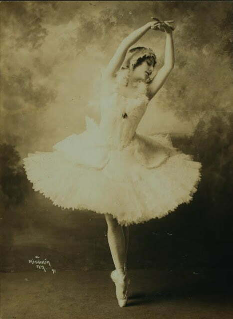 Anna Pavlova, costumed as The dying swan (3)