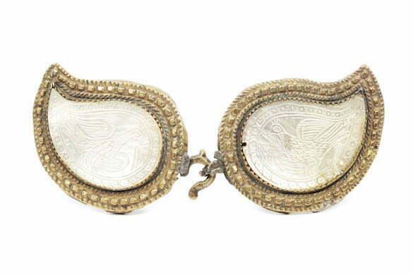 Podoaba femeiasca pentru cingatoare, decorata cu pauni sculptati ån sidef, sfÉrritul sec. XIX