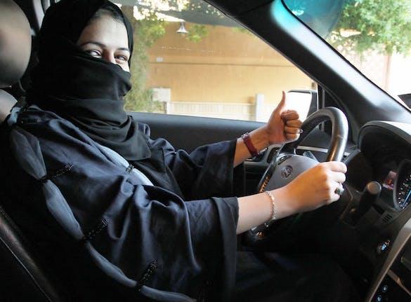 femeie saudită la volan