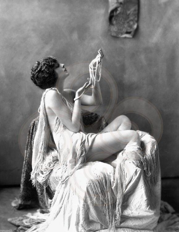 femeie cu bijuterii vinatge