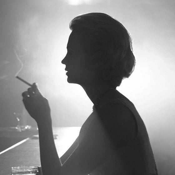 femeie tigara tutun