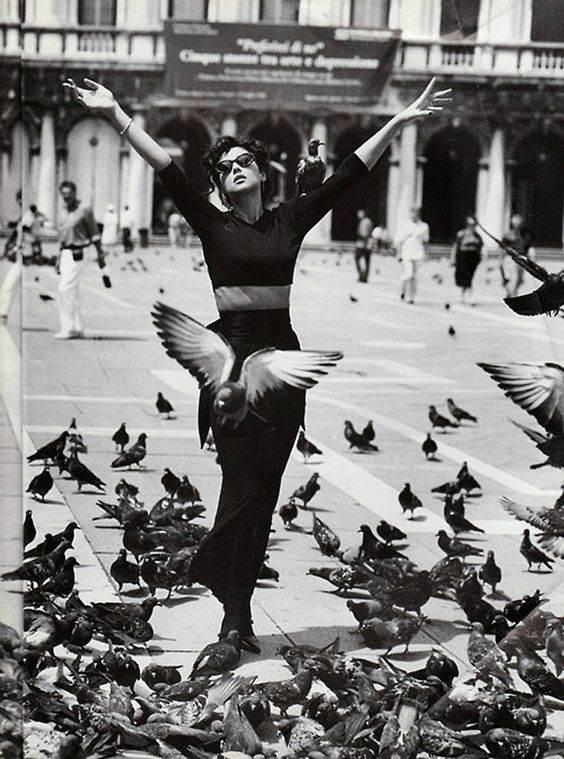femeie tânără și fericita