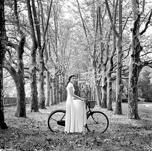 femeie bicicleta padure