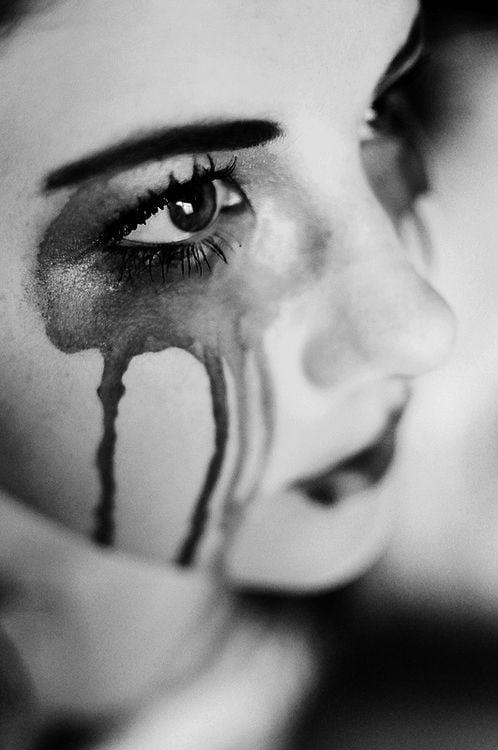 femeie plângând