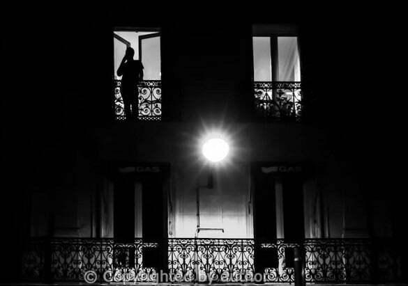 barbat balcon noapte
