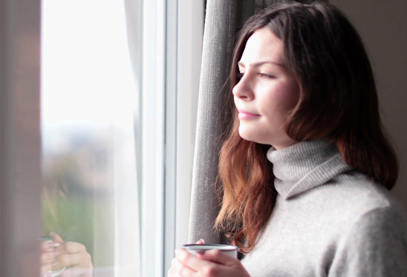 femeie cafea fereastra
