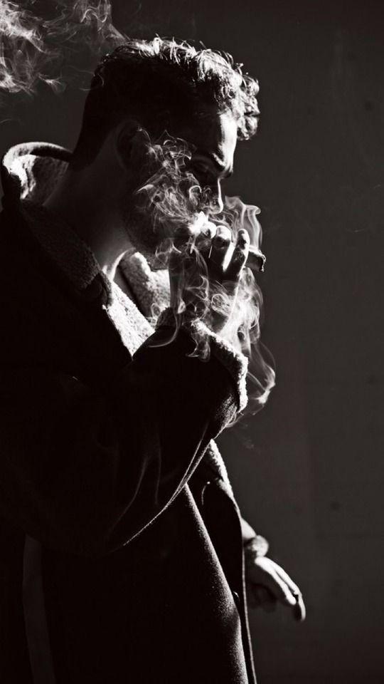 barbat fumand