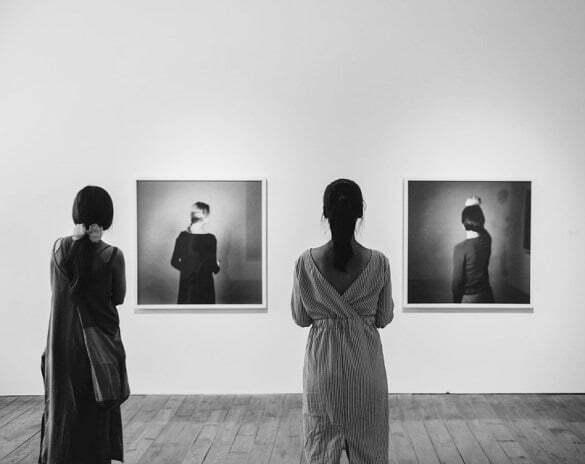 picturi tablou femei surpriză expozitie